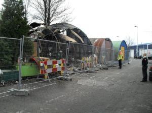 De verwoeste loodsen op het terrein achter het Haarlemmermeerstation. Foto: Bert Gortemaker.