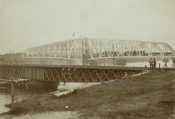 De oude en de nieuwe spoorbrug over het Noordzeekanaal. Foto: Beeldbank Noord-Hollands Archief