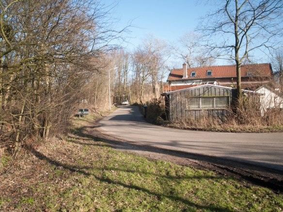 De Kennemergaardeweg in de richting van het oude spoor bij Santpoort-Noord.