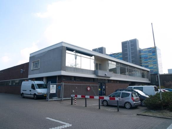 Het kantoor van de busremise aan de Rijnsburgerweg, op de plaats van de voormalige NZH-tramremise.