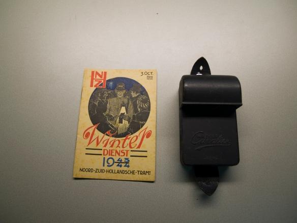 Een dienstregeling uit de winter van 1943/1944 met een 'afgeschermde' zaklantaarn. Collectie Stichting Historisch Genootschap De Blauwe Tram