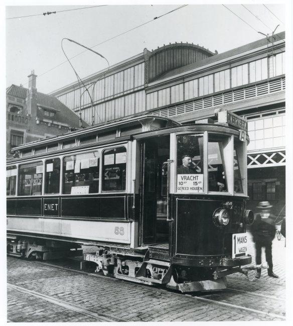 Een eenmanswagen waarbij de wagenvoerder ook de conducteur was. Foto: collectie Stichting Historisch Genootschap De Blauwe Tram