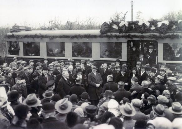 Burgersdijk (de man in het midden met baardje, zonder hoed) tijdens de eerste rit van de elektrische Bollentram in Heemstede. Foto: collectie Stichting Historisch Genootschap De Blauwe Tram
