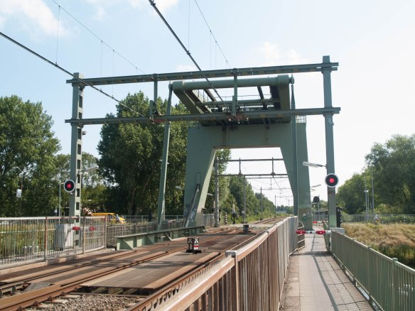 Het looppad langs de spoorbrug  over het Noordhollandsch Kanaal in Alkmaar.