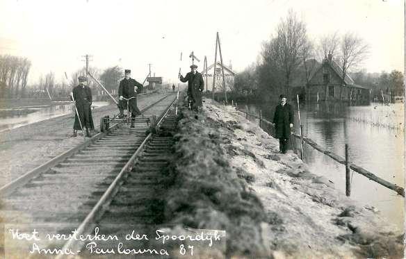 Versterking van de spoordijk nabij Anna Paulowna na de watersnood van 1916. Foto: collectie Jan de Graaf