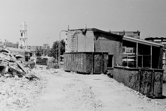 De sloop van de goederenloods bij station Den Helder in 1993. Foto: Jan de Graaf