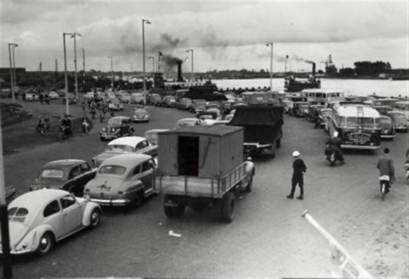 Files bij het Pontplein rond 1955, twee jaar voor de opening van de Velser tunnels. Foto: collectie Leo A. van Leeuwen