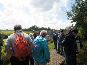 Klaas Pater (met blauwe pet) geeft uitleg over de polders rond Vinkeveen.